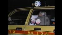 よくおじいさんがタクシーなどの後部座席から助手席に抱きついて乗ってる人いますがあれはなぜなんでしょう?
