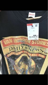 セカンドストリートにあったのですが、偽物ですか? supremeです。誰か教えてください ♂️ あとこのTシャツかっこいいとおもいますか?