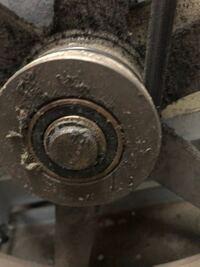業務用乾燥機のベアリング交換をしていますが、このプーリーの中のベアリングは、ベアリングプーラーで押し出すようにすれば外れるのでしょうか? 主軸やモーターのベアリングは外せましたが、このプーリーにはワ...