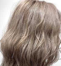 ブリーチを2回した金髪を、このカラーにしたいのですが、何色(種類、カラー)を入れたら良いでしょうか? 紫系の色を入れてグレーぽくして色落ちを待つ方が良いですか? ちなみにセルフで、 市販のカラー剤を使ってします。美容院には行けないので宜しくお願いします汗