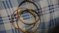 アクセサリーについて教えてください、母親のアクセサリーを今片付けて居るのですがこの金色のブレスレットは、本物でしょうか?試しに磁石でやりましたが付かなかったけど判断がわかりませんでした、詳しい方教...