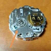 G-SHOCKの電池交換を自分でしようかと調べながら、なんとか大きい方の電池の押さえカバーは開いたのですが、小さい方のカバーが同じようにしても出来ません。 写真矢印のカバーです。 型番 B GM100 分かる方、お願いいたします。