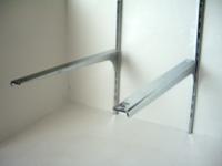 ロイヤルの棚柱とブラケットをこのように壁に固定して棚板にしたいのですが、その上に30キロの重さの物を置きたいと言われました ホームセンターの店員の人からは1番短いブラケットで15~20キロまでくらいしか耐えれないですかねと言われたのですが棚柱を固定するビスが壁の中の鉄骨にまで届けば耐えれると思いますか?
