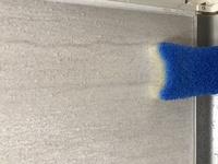 タカラのホーロー鋼板のユニットバスの壁ですが、写真のような汚れがあり、カビキラーとかで拭いても汚れが落ちません。 手で触ると滑滑していますが、写真のようなスポンジで擦るとザラザラし ます。  洗剤を...