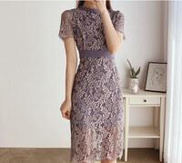 結婚式のドレスについて。 画像のドレスが可愛らしく購入を検討しているのですが、レースの色が複数色に見えるのと身体のラインが出すぎかな?と少し心配になりました。 こちらは結婚式に適切 でしょうか?