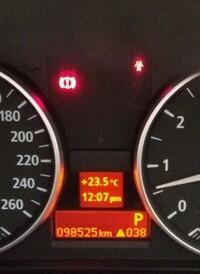 BMW E90 320i h18年です エラーコードにはない表示が出ています。 写真一番右下の ! 038です。 この数字がE24から 38まで、順次表示されます。 これは何でしょうか? どうしたら消せる  でしょうか?