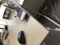 机の天板に付着した油脂汚れを綺麗にしたいのですが、ホームセンターで何を買えばよろしいでしょうか。  画像の机です。表面はツルツルしてます。