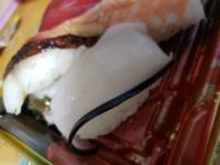 ハローデイで買ったお寿司なんですが、この白身の端っこに黒い筋のようなものが入ったお寿司はなんの魚なのでしょうか?