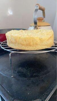 ケーキを作るので、スポンジケーキを焼いたんですけどミスで上が焦げてしまったので焦げた所だけ切りとったら少し小さくなってしまいました。ケーキを組立てる時、スポンジは2段と3段、どっちにするのがおすすめ...