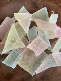 琥珀糖を作ったのですが、どうすれば透明に出来上がるのでしょうか?周りが結晶で覆われてしまいます。グラニュー糖でつくるのがだめなんですかね?