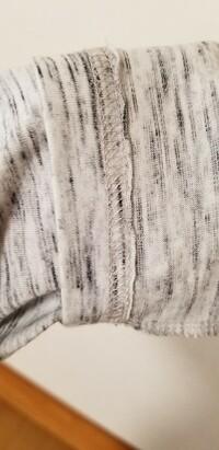 ミシン初心者です。  これは何縫いでしょうか?  男物のTシャツですが、袖が長いので、詰めたいのですが、持っているミシンは安いブラザーの家庭用ミシンです。 このミシンで袖を詰める場 合、縫い方、針や糸などは何を使えばいいでしょうか?  雑巾やゼッケンなど直線縫いしかしたことがありません。 シャッペスパンは今はどこも売り切れです。