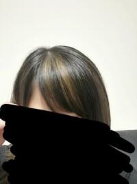 至急…助けてください(´TωT`) 今日ハイライトを入れてもらったのですが、 前髪は入れないで欲しいと伝え忘れてしまい、 案の定…こんな酷い事になってしまいました。  私の髪質は1番低いト ーンにしてもすぐ...