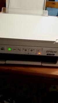 Epsonのプリンタ、px-049Aについて質問です。 人のもので、印刷が出来ないらしく原因が分かるか預かったのですが説明書を見てもよくわかりません。 現在電源ボタンと、インクボタンが同時に点滅しています。イン...