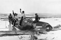 写真の説明に、1940年ノルウェー中部に不時着した ドイツ空軍のメッサーシュミットBf109戦闘機D型とあります。 http://torikai.starfree.jp/1939/bf109.html Bf109って、最初から3枚ペラじゃなかったんですか?