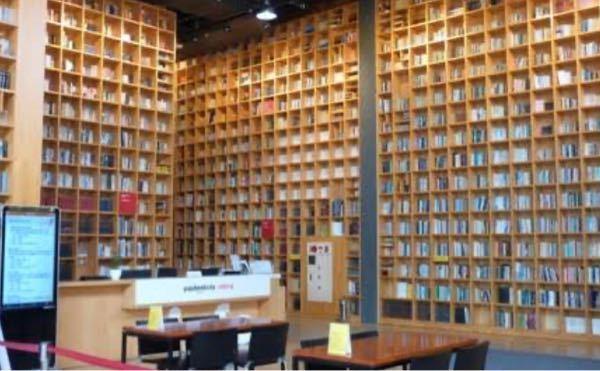 写真のような本屋はありますか? このような条件に合う本屋さん、もしくは図書館を探しています。 ・一日中入れるような場所 ・大量の本がある ・写真のように背の高い本棚 ・全体的に木製 ・古くはな...