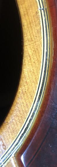 私のアコギにはサウンドホール周りに傷というか割れのような物があります。少し不安があるのですが、修理に出した方がよろしいのでしょうか?