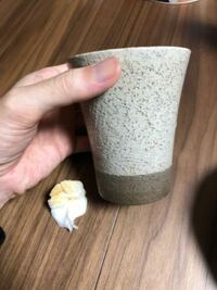 中古で焼き物、陶器のカップを買いました。 洗った際にグラスの表面に水滴がつき、テーブルに置いていた所、グラス表面の水滴が茶色に変色しました。  よくみると目が荒く、茶色の斑点の土?が見られるので、この...