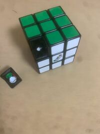 ルービックキューブに詳しい方にお尋ねします 写真のようにキューブが外れてしまったのですが、直し方を教えて欲しいです。