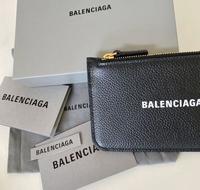 バレンシアガ ロングコイン&カードホルダーの財布について質問です。 先日国内のサイトで購入したのですが、国内の定価だと、35,200円程でした。 バレンシアガは国内と国外でかなり値段の差 はあるのでしょう...
