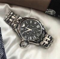 この時計の品番が分かる方いますか?アルマーニのものだということはわかるのですが、調べたものとはベルトが若干違ったりして、、、 このベルトがカッコいいと思ったので、どうかよろしくお願いします。  ついでに遊ぶときに着けるちょっとギラギラした時計が欲しくて、オススメの時計を教えてくれると嬉しいです。ブランドにこだわりはありません。