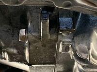 NAロードスターなのですが、オイル漏れしています。 おそらくですが、ベルハウジングから漏れているのでリアクランクオイルシールだと、、  ベルハウジングには構造上オイルは入っていませんのでエンジンオイルな...