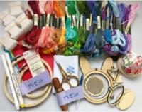 刺繍や、手芸用品に、詳しい方、教えて下さい。 久し振りに、刺繍をしてみたくなり、基本のステッチを練習するのに、フリマで、この様な、セットを、購入しました。  文句は無いのですが、刺繍糸が、どこのメーカ...