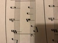 十数年ぶりにピアノを再開した初心者です。 ピアノの楽譜について、画像のドレファソドの部分がどうやっても届かなくて弾けないのですが、これは全て右手でやらなければならないんでしょうか。 それともやり方がおかしいのでしょうか。 弾き方の(届く)コツなどありましたら教えていただきたいです。