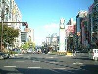 岡山は大都会です。中四国の州都である大都会岡山市と札幌市とでは、 どちらが、大都会ですか?  もちろん圧倒的大差で岡山市ですよね? 岡山桃太郎大通り ↓↓↓