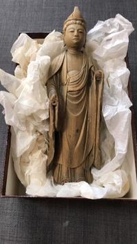 亡くなった美術品集めが趣味だった叔父の遺品整理中です。  この木彫りの仏像について、些細な情報でも構いませんのでお分かりになる方は居ますでしょうか?  私達には価値が全然分からない ので、危うく母に...