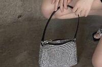 中華美女、中国の美女のインスタグラムでよく見かけるんですが このバッグってどこのブランドのバッグですか? どこに売ってますか?