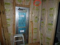 エアコンの配管工事について、配管を通すため外壁に穴を開ける工事を依頼する予定です。 添付写真は家の建設中の写真なのですが、赤丸の箇所に通す予定で、写真で見る限り断熱材がぎっしり入っているようなのです...