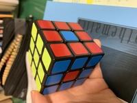 ルービックキューブがヘソキューブになってしまいました。直し方教えてください。このほかの面は全て揃っています。