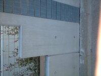 打ち放し様壁(境界壁)の雨垂れ跡のクリーニング方法を教えてください!! コンクリートブロックを積み、それにモルタルを塗って打ち放しっぽく仕上げ、撥水剤を塗装しましたが、雨垂れの跡で困っています その境界壁の一部(車庫、電動シャッター部分)にアルミ製の笠木があるのですが、その部分は一切雨垂れの跡はなく、大変きれいです。  施工した業者によると、この壁の笠木のない場所の天を撥水剤で塗装するの...