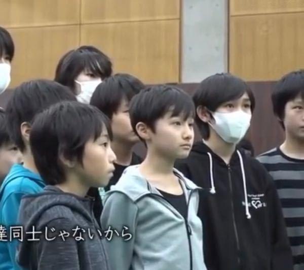 伊藤翔真くんとボーダーの服を着てる子の 間にいるマスクをつけて黒のパーカーを着てる ジュニアの...