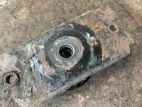 ミナト エンジン自走式芝刈り機LMC-460KZですがブレードを止めるボルトが中で折れてしまいました。 画像のホルダーを取り外さないと取り出せないと思いますが外し方がわかりません。 プーラ ーで外せますか?折...