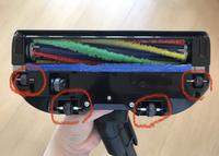 サイクロン掃除機についてアドバイス頂きたいです。  添付画像の赤丸部分の車輪?にホコリがまとわり付いてしまい、 引っ掛かりのある床面(マットなど)に掃除機をかけている時に車輪の部分の ホコリがたくさん取れて出てきます。  掃除機を掃除する際にも、まとわりついたホコリがなかなか取れず…ピンセットでつまんで取れるところだけ取っています。  ホコリがつかないように何か対策等ありますで...
