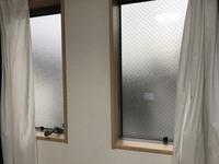詳しい方教えてください。 画像の網入りガラス?網入り曇りガラス?何に当たるか分かりませんが、こちらのガラスを中から外が見えるようにする術はありますか??