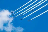 今日のブルーインパルスの都内飛行について質問です。 編隊以外にオレンジ色のブルーインパルスとはカラーリングが違う機体が少し離れた所を飛行していたのですが、隊長機か撮影機なのでしょうか?