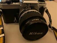 Nikon FE についての質問です。 フィルムの入れ方で巻き戻しレバーを引き上げると裏蓋が開くとかいてあるのですが 巻き戻しレバーを引き上げても裏蓋が開きません。 固くなっているのでしょうか? 裏蓋を開くコツ...