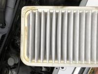 車のエアフィルターを見たら、写真のようにオイル汚れのような物がついていました。  車はオイルの減りが早く、オイル上がりしています。    このフィルターの汚れからどのような状況だと 言えますか?