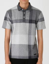 クールビズにこのポロシャツどう思いますか? 外回りや、来客はない仕事です。 夏になると、人によって半袖のワイシャツ、ポロシャツなどをみんな着ています。 自分もポロシャツはこれまでに着ていましたが、無地のものがほとんどでした。  ポロシャツとして、オシャレでしょうか?ダサいでしょうか?ブランドに対するイメージもあると思いますが、そこは置いておいて、職場で着るのに、オシャレかダサいか聞かせて欲し...