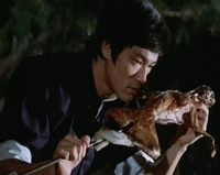 てんぷら☆映画復活祭】Scene#280  映画はお好きですか? お好きでもお好きではなくてもとくに構わないのですが・・・ このワンシーンで、ひとつ素敵なボケをいただけますか? (・▽・)   『ドラゴン怒りの鉄拳...