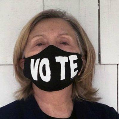 ヒラリー・クリントンのTwitterのアイコンについて教えて下さい。 ヒラリー・クリントンのTwitterのアイコンは何故あのような変な写真を使用しているのでしょうか? https://twitter.com/HillaryClinton/photo