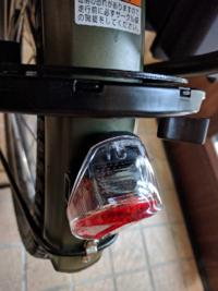 電動自転車のロックキー(施錠部分)とテールライトが干渉してます。 前から鍵を閉めるときにロックキーのレバー?みたいなところをスライドさせるのがスムーズでないなと思っていたのですが、今日よくよく見てみたらレバーをスライドさせて施錠する時と鍵を開けてレバーが戻る時にすぐ下にあるテールライトと擦れている事がわかりました。  テールライトの上の部分は何度も擦れた跡がありだいぶ前から干渉していたのだと...