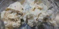 ゴルゴンゾーラに白いふわふわの菌糸と思われるものが。。。 青カビなのに、菌糸は白いのでしょうか? 食べても大丈夫でしょうか?
