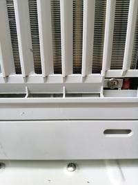 窓枠エアコン、窓用エアコンを今月購入したのですが今日見ると裏の室外吸込口のアースネジの辺りが焦げてました。普通に快適な風が出るのですが見てからは使用中止してます。 一応Coronaにもメ ールしてますがこの時期いつ返答がくるかも不安なのでこちらでも聞いてみようと思って(^^;) 家が古くサッシがないので段差のない床に置く感じで枠にはめています。型はコロナのcw-160です。なぜ焦げたので...