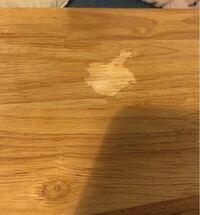 テーブルに除光液のついたティッシュを置いてしまい、塗装?がはげてしまいました…。ネットで調べてみたところヤスリをかけたあと水性ウレタンニスを何回か塗る作業をする様だったのですが、ニスの色が何色を使えば 、元の色に近づくのか分からず質問致しました。 透明のつや消しニスを使用した場合、はげてしまった色のままコーティングされるのでしょうか?