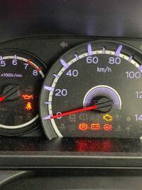 エンジンをつけないで、エンジンボタンを一回ポチッて押しだ状態で、音楽を聴いています。その時にエンジンオイルランプが写真のように点灯しています。これはやばいですか? 車種はステラです