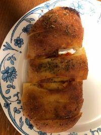 パンの上にかかっているスパイスは何ですか?