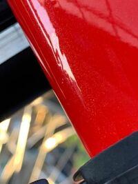 ロードバイクのフォークについて 納車して1週間ほどのロードバイクのフォークに、塗装欠けのようなものと、1センチ程の凹み?のようなものを見つけました。  転倒や落車等はしていないのですが、もしかしたら立...